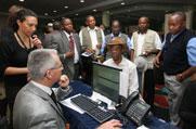 A Kongói Demokraikus Köztársaság Országos Szellemi Tanácsának tagjai regisztrálnak április 26-án