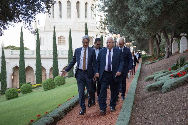 A Báb bicentenáriumának alkalmából Reuven Rivlin, Izrael elnöke meglátogatta a Báb sírszentélyét Haifában és a környező kerteket 2019. október 29-én (c) Bahá'í Nemzetközi Hírszolgálat news.bahai.org