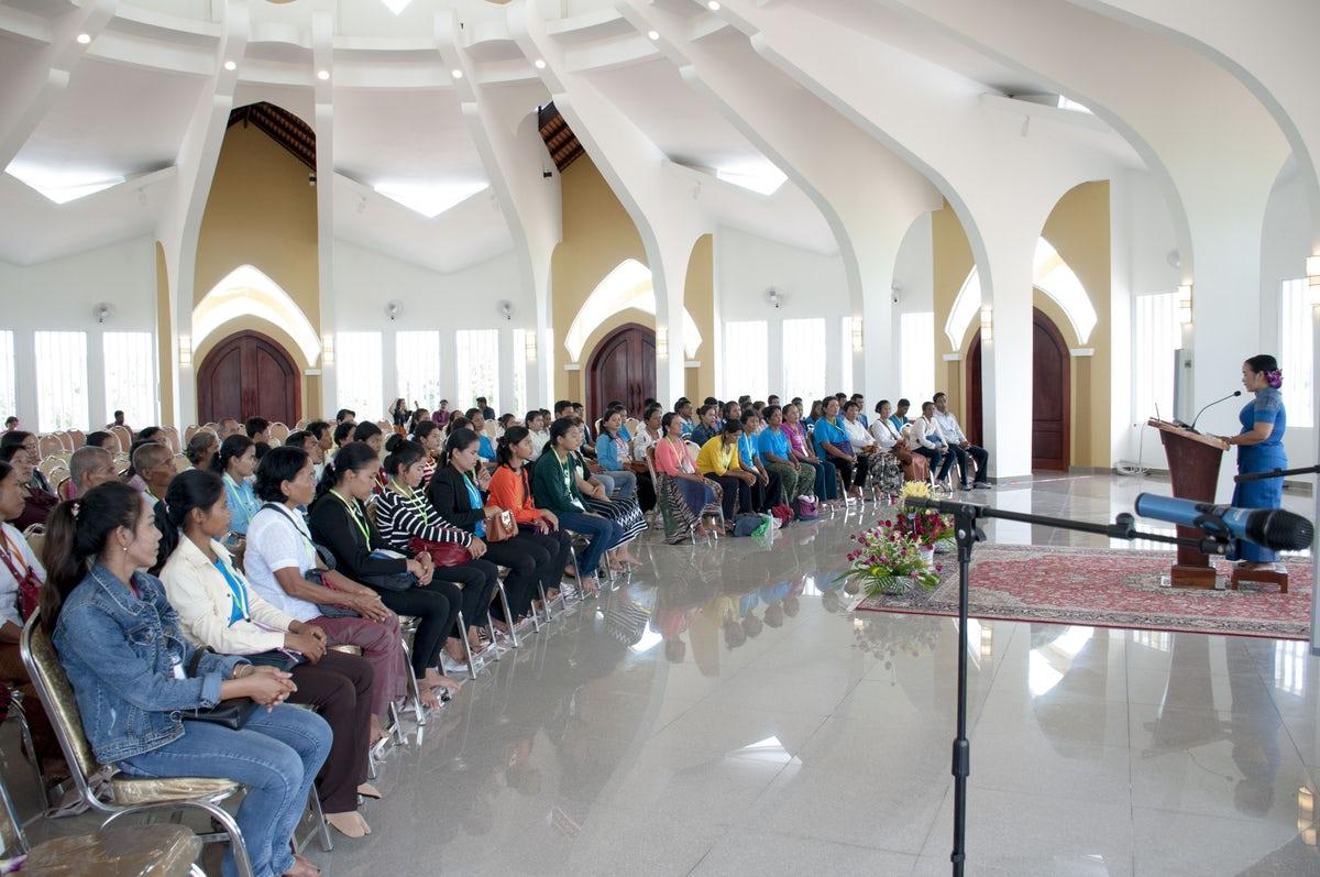 A battambangi imaház belső terében megnyitó beszéd és imák hangzottak el © Bahá'í Nemzetközi Hírszolgálat news.bahai.org