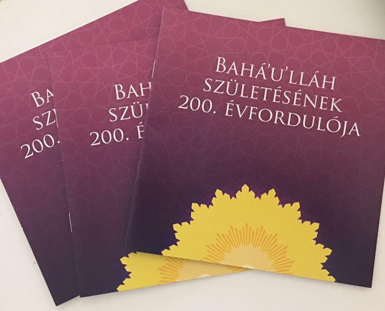 A bicentenáriumi, Bahá'u'lláh születésének 200. évfordulójára készült brosúra olvasása vagy letöltése (6,2 MB, pdf)
