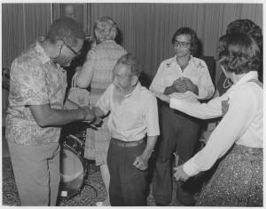 Dizzy Gillespie köszönti Saichiro Fujitát, a bahá'í történelem kiemelkedő alakját, aki az első japán bahá'í-ok közé tartozott.