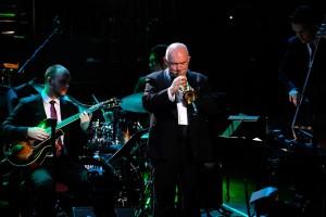 James Morrison trombita művész játéka a James Morrison Trio és a BBC Concert Orchestra koncertjén John Mauceri vezényletével 2017-ben a BBC Proms-on. (Fényképért köszönet a BBC-nek)