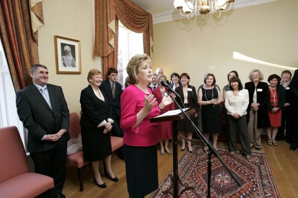Mary McAleese ír elnök beszél a dublini Bahá'í Központ hallgatósága előtt