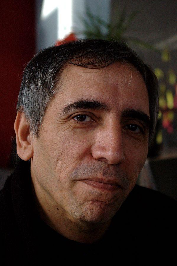 """Mohsen Makhmalbaf iráni filmrendező, akinek A kertész című filmje a New York Times szerint """"bensőséges, érvelésekre alapuló vizsgálat a vallásos hit felé"""". A kép forrása: """"Mohsen makhmalbaf"""" by Fabienkhan - personal picture. Licensed under CC BY-SA 2.5 via Wikimedia Commons - https://commons.wikimedia.org/wiki/File:Mohsen_makhmalbaf.jpg#/media/File:Mohsen_makhmalbaf.jpg"""