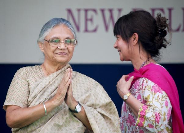 Sheila Dikshit, a Delhiért felelős miniszter (balra) a Bahá'í Imaház fennállásának 25. éves évfordulóján, a 2011. november 11-12-i ünnepségsorozatra összegyűlt több mint 5000 látogatót üdvözli. A miniszter asszonyt a színpadon Naznene Rowhani köszönti, az Indiai Bahá'í Közösség Országos Szellemi Tanácsának titkára. © Bahá'í Nemzetközi Hírszolgálat news.bahai.org