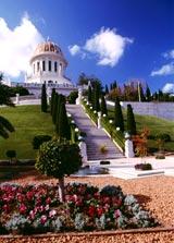A Báb aranykupolás szentélye ma Haifa (Izrael) egyik jelképe és a Világörökség része. A bábí vallás (bábi vallás, bábizmus) alapjaira épülő bahá'í hit 160 év alatt világvallássá fejlődött. (c) Bahá'í Nemzetközi Közösség www.bahai.org