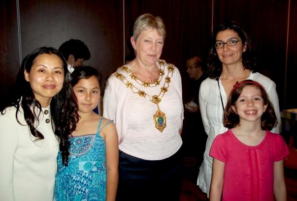Epsom és Ewell polgármestere, Sheila Carlson tanácsos (a képen középen), 2011. szeptember 11-én vett részt egy közösségi összejövetelen, amelyet 'Abdu'l-Bahá angliai látogatásának századik évfordulója alkalmából tartottak. Carlson asszony kifejtette, hogy az iskolában Martin Luther King és Teréz Anya mellett 'Abdu'l-Baháról is tanítani kellene a diákokat. © Bahá'í Nemzetközi Hírszolgálat news.bahai.org