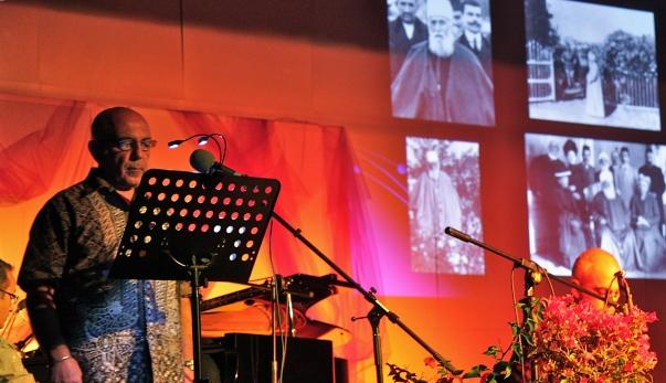 'Abdu'l-Bahá franciaországi utazásairól való megemlékezések szolgáltak alapjául az évente megrendezett franciaországi nyári iskola keretében folytatott beszélgetéseknek, amelyet idén augusztus 27. és szeptember 3. között rendeztek Evian-ban. A képen: perzsa nyelven énekeltek imát, miközben 'Abdu'l-Baháról készített képeket vetítettek. © Bahá'í Nemzetközi Hírszolgálat news.bahai.org