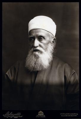 'Abdu'l-Bahá, londoni látogatása során a híres Lafayette stúdió által készített fényképfelvételen. 'Abdu'l-Bahá 1911 szeptemberében négy hetet töltött a városban, majd később 1912 decemberétől 1913 januárjáig ismét ellátogatott oda. © Bahá'í Nemzetközi Hírszolgálat news.bahai.org