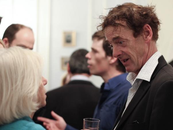Ed Tudor-Pole (a képen jobbra) , brit színész és zenész, a szeptember 29-i, csütörtöki fogadáson az országos bahá'í központban Londonban, amely összehozta azon személyek leszármazottjait és rokonait, akik londoni látogatása során találkoztak 'Abdu'l-Bahával, valamint azon szervezetek képviselőit, akikkel 'Abdu'l-Bahá 100 évvel ezelőtt találkozott. Tudor Pole úr Wellesley Tudor Pole (1884-1968), 'Abdu'l-Bahá egyik első brit hívének és bristoli vendéglátójának az unokája. © Bahá'í Nemzetközi Hírszolgálat news.bahai.org