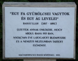 Az `Abdu'l-Bahá látogatásának 80. évfordulóján ültetett fa előtt álló emléktábla a Nemzeti Múzeum parkjában (c) Magyarországi Bahá'í Közösség www.bahai.hu