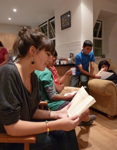 Reading városában szeptember 10-én gyűlt össze egy csoport, hogy együtt olvassák és tanulmányozzák 'Abdu'l-Bahá első nyilvános beszédét a nyugati világban, amelyet a londoni City Temple-ben tartott pontosan 100 évvel korábban. © Bahá'í Nemzetközi Hírszolgálat news.bahai.org