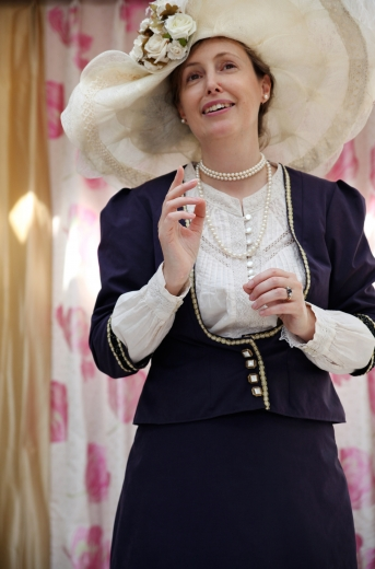 'Abdu'l-Bahá látogatását londoni vendéglátója, Lady Bloomfield szemszögéből megelevenítő színpadi művet adtak elő szeptember 15-én a kensingtoni Leighton House múzeumban. Sarah Perceval (a képen) írta a szövegkönyvet és játszotta Lady Bloomfield szerepét. (Fotó: Leila Barbaro)