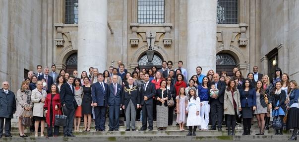 Szeptember 17-én a westminsteri helyi bahá'í közösség zenével és történetmeséléssel egybekötött imatalálkozónak adott otthont a Smith Square-en található St. John's templomban, száz évvel azt követően, hogy 'Abdu'l-Bahá beszédett mondott ott. A képen középen szereplő, polgármesteri láncot viselő személy Cyril Nemeth, aki Westminster polgármestereként vett részt az összejövetelen. Dr. Nemeth tájékoztatta a csoportot a westminsteri tanács alapelveiről, melyek értelmében támogatják a vallási sokféleséget és a vallások közötti jó kapcsolatot. © Bahá'í Nemzetközi Hírszolgálat news.bahai.org