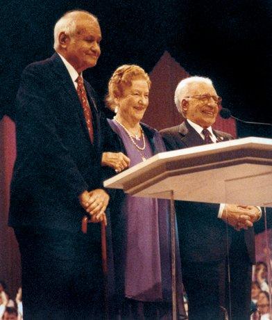 A három Ügy Kezei, akik még éltek 1992-ben: 'Ali-Muhammad Varqa, Amatu'l-Bahá Ruhiyyih Khanum, and 'Ali-Akbar Furutan (c) Bahá'í Nemzetközi Közösség media.bahai.org