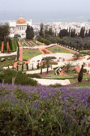 A szép kert közepén található a négy sávos út feletti híd. A járdák vörös színét cserépdarabok adják (c) Bahá'í Nemzetközi Közösség www.bahai.org