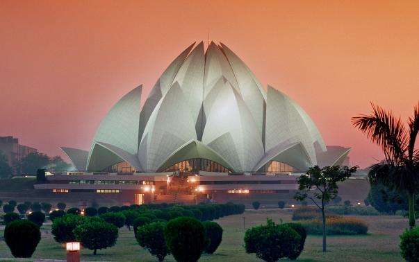 """A Bahá'í Imaház (Újdelhi, India). A világ egyik leglátogatottabb épületévé vált, a 25 évvel ezelőtti átadása óta becslések szerint mintegy 70 millió embert látott vendégül kapuin belül. A templom jelenleg központi helyet tölt be az indiai kormány """"Lenyűgöző India"""" elnevezésű nemzetközi kampányában is, amelynek célja az ország kulturális sokszínűségének és kiemelkedő eredményeinek bemutatása. © Bahá'í Nemzetközi Hírszolgálat news.bahai.org"""