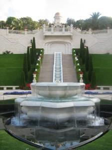 A bahá'í naptár alapítója, a Báb sírszentélye (fenti, aranykupolás épület; Haifa, Izrael) © Magyarországi Bahá'í Közösség www.bahai.hu