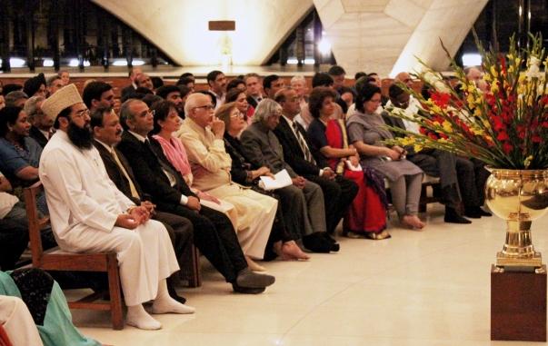 Mintegy 400 vezető személyiség gyűlt össze áhítat programra az bahá'í imaházban a 25. jubileumi év megnyitására (Új-Delhi, India). © Bahá'í Nemzetközi Hírszolgálat news.bahai.org