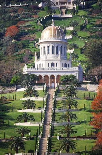A haifai szép kert központi épülete, a hit Hírnökének, a Bábnak a sírszentélye. Alatta és felette 9-9 gyönyörű függőkert található a Kármel-hegyen. (Izrael, Haifa) (c) Bahá'í Nemzetközi Hírszolgálat news.bahai.org