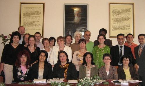 A bahá'í hit (helytelenül bahaizmus, baháizmus, bahá'izmus vagy bahái vallás) sokféle hátterű és kultúrájú embert egyesít (Bahá'í Központ, Budapest, 2009) (c) Magyarországi Bahá'í Közösség www.bahai.hu