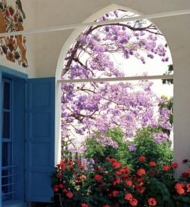 Kitekintés a szép kertre azon szoba ablakából, ahol Bahá'u'lláh, a bahá'í hit alapítója élete végén élt © Bahá'í Nemzetközi Közösség media.bahai.org