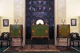 A Bahá'u'lláh fényképét tartalmazó ládikó a Nemzetközi Bahá'í Archívumban (balra). A két másik ládikóban a Bahá'u'lláh-ról és a Bábról készült festmény látható. (c) Bahá'í Nemzetközi Közösség media.bahai.org