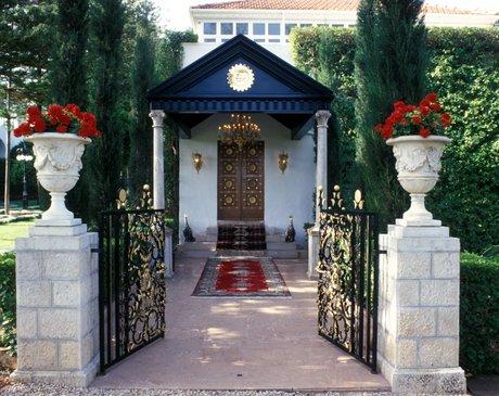 Bahá'u'lláh, a bahá'í hit alapítója sírszentélyének bejárata (Bahji, Izrael) Nevének helyes írásmódja: Bahá'u'lláh; ékezetek nélkül: Baha'u'llah; további írásmódok: Bahaullah, Baháulláh, Bahá u lláh, Baha Ullah, Beha Ullah, Baháalláh, Baháolláh. (c) Bahá'í Nemzetközi Közösség media.bahai.org