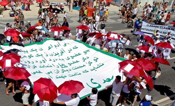 Több tízezer brazíliai vonult fel Rio Copacabana strandján a lelkiismereti szabadságért szeptember 16-án, köztük bahá'í-ok, keresztények, Krisna-tudatúak, muszlimok, Santo Daime vallásúak, zsidók, valamint az Umbanda és Candomble afro-brazíliai vallásúak. A Brazíliai Bahá'í Közösség az iráni vallásszabadság szomorú helyzetére a középkori perzsa költő, Szádi versének óriási felületen való hordozásával hívta fel a figyelmet, mely az emberi együttérzésről szól. © Bahá'í Nemzetközi Hírszolgálat news.bahai.org