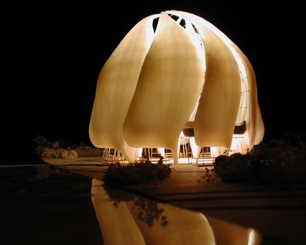 A chilei bahá'í imaház terve éjszakai megvilágításban © Bahá'í World News Service news.bahai.org