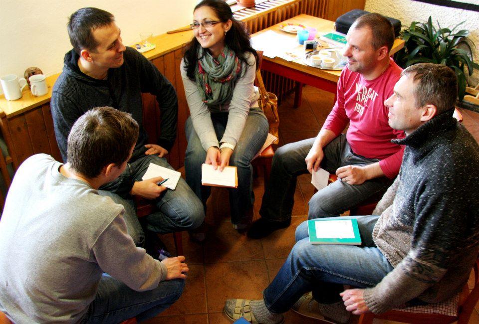 Egy bahá'í tanulókör résztvevői (c) Szlovákiai Bahá'í Közösség facebook oldala https://www.facebook.com/pages/bahaisk/340426586404?fref=pb