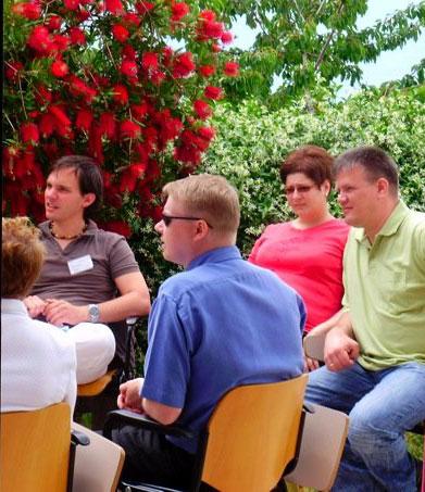 Műhelymunkában a magyar résztvevők, Berei Krisztina és Zoltán (jobbról) az Élő Értékek Konferencián (2009. június 5-7., Acuto, Olaszország)