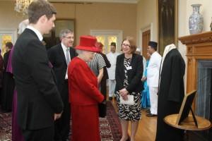 Őfelsége II. Erzsébet királynő a brit bahá'iok küldöttségével találkozik az uralkodásának 60. évfordulóját köszöntő vallásközi összejövetelen. Felkérést kapva hitük valamely nagy becsben tartott tárgyának bemutatására, a bahá'í közösség 'Abdu'l-Bahá köntösét és 1911-es londoni beszédének– mely valaha tartott első nyilvános előadása volt – szavait felidéző bekeretezett kalligráfiát állította ki. © Bahá'í Nemzetközi Hírszolgálat news.bahai.org