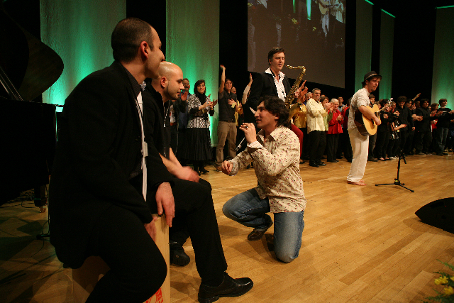 Atef (mikrofonnal) és a többi európai zenész közös záró programja