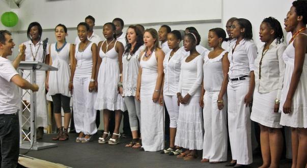 A Bahá'í Sokszínűség Kórus (Baha'i Diversity Choir) fellépése a bahá'í hit centenáriumi ünnepségén Dél-Afrikában. © Bahá'í Nemzetközi Hírszolgálat news.bahai.org