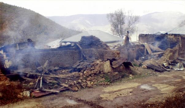 A 2007. májusában felgyújtott maradéka Ata'u'llah Movaffaghi és idősebb Seyyed Mahdi Sadeghi lakóházának (Mazandaran tartomány, Irán)
