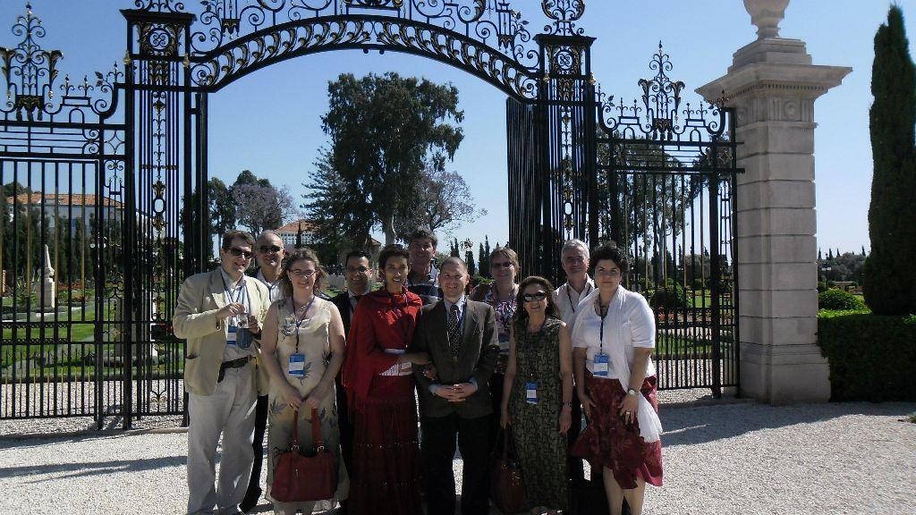 A film első bemutatóján, a Bahá'í Nemzetközi Konvención a Magyarországi Bahá'í Közösséget az Országos Szellemi Tanács kilenc tagja képviselte. Középen a Bahá'í Világközpontban szolgáló magyar fiatal és felsége