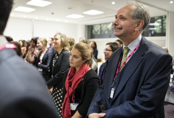 Több mint 80, Angliából, Észak-Írországból, Skóciából és Wales-ből érkező bahá'í-t láttak vendégül miniszterek és parlamenti képviselők az Egyesült Királyság Közösségek és Helyi Önkormányzatok Minisztériuma által rendezett különleges fogadáson 2012. november 28-án. Az eseményt 'Abdu'l-Bahá Brit szigeteken tett történelmi jelentőségű második látogatásának századik évfordulója tiszteletére rendezték. © Bahá'í Nemzetközi Hírszolgálat news.bahai.org