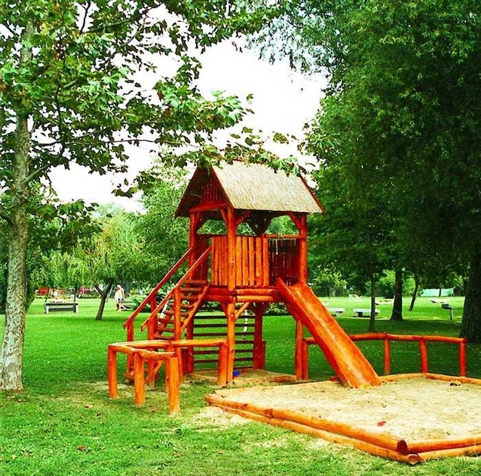 Két homokozó és fából készült mászóka, valamint hinta is biztosított gyerekek számára (c) www.hotelfestival.hu