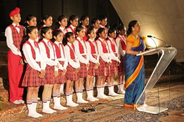 A gwaliori Little Angels iskola gyermekkórusa imákat énekelt a bahá'í imaháznál összegyűlt prominens személyiségeknek (Új-Delhi, India). © Bahá'í Nemzetközi Hírszolgálat news.bahai.org