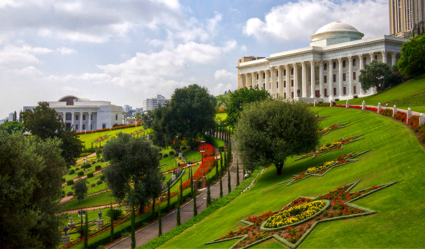 A Világörökség részének választott gyönyörű kertben a Bahá'í Világközpont épületei (jobbra a hit vezető testületének, az Igazságosság Egyetemes Házának székhelye, balra a Nemzetközi Tanítási Központ) © Iain Simmons via Flickr