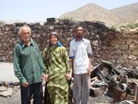 A Fársz tartománybeli Mousavi család majdnem megsérült, amikor egy gyújtogató benzint öntött a kunyhójukra, amikor a család otthonukon kívül aludt.