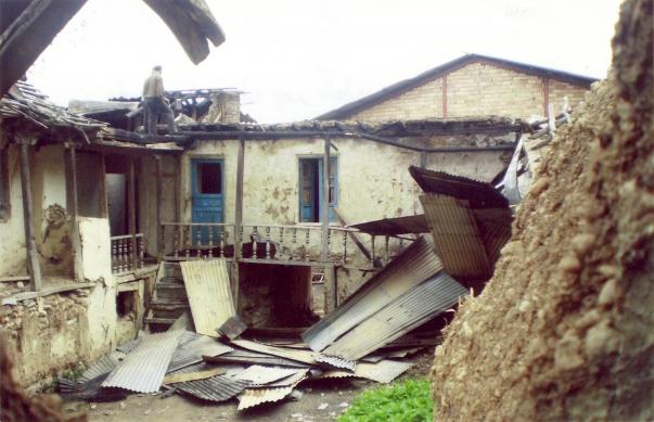 Egy Ivel falubeli bahá'í, Abdolbaghi Rouhani háza, miután ismeretlenek felgyújtották 2007 májusában (Mazandaran tartomány, Irán)