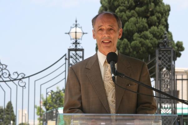 """Dr. Albert Lincoln, a Bahá'í Nemzetközi Közösség főtitkára, amint beszédet mond a bahá'í kertekhez vezető téren tartott ünnepségen, Haifában, 2011. május 29-én. """"Haifa valóban a béke városa, és élő példa arra, hogyan lehetne és kellene élni a Közel-Keleten"""" – mondta Lincoln. © Bahá'í Nemzetközi Hírszolgálat news.bahai.org"""