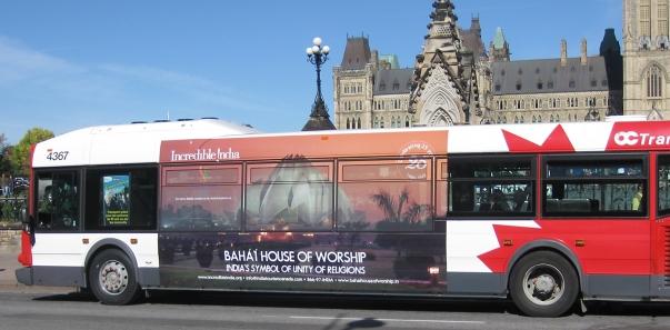 """A Lótusz templom plakátja a kanadai Ottawában, az indiai kormány """"Hihetetlen India"""" elnevezésű kampányának részeként. Felirata: A bahá'í imaház – a vallások egységének indiai szimbóluma © Bahá'í Nemzetközi Hírszolgálat news.bahai.org"""