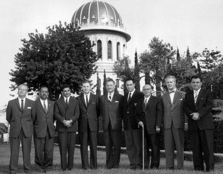 Az Igazságosság Egyetemes Házának első tagjai (1963) © Bahá'í Nemzetközi Közösség media.bahai.org