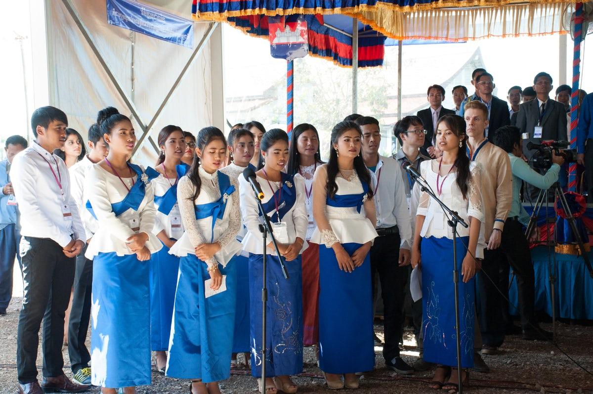 Imák és énekek színesítették a megnyitót © Bahá'í Nemzetközi Hírszolgálat news.bahai.org