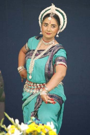 """India keleti partvidékéről, Odisha államból érkezett hagyományos táncos bemutatója, az Újdelhiben lévő Bahá'í Imaház 2011. november 11-12. között megrendezett 25. évfordulójának ünnepségsorozatán. Az ünnepség előtt kezdődött a kormány """"Lenyűgöző India"""" kampánya, mely szerint a Lótusz templom a vallások egységének jelképe Indiában. © Bahá'í Nemzetközi Hírszolgálat news.bahai.org"""