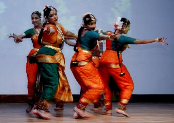 """A """"Rainbow"""" (Szivárvány) című hagyományos indiai témájú táncelőadás, a híres táncos-koreográfus, Swagatha Pillai vezetésével, szintén a program része volt. © Bahá'í Nemzetközi Hírszolgálat news.bahai.org"""