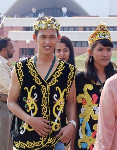 Közel 60 ország képviseltette magát az Újdelhiben lévő Bahá'í Imaház ezüstjubileumi ünnepségén 2011. november 11-12. között, amelynek csúcspontja a nemzetek felvonulása volt. A képen népviseletbe öltözött indonéz látogatók láthatóak. © Bahá'í Nemzetközi Hírszolgálat news.bahai.org